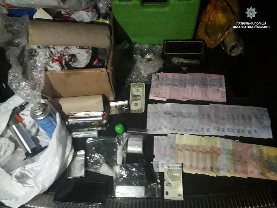 Колби, гроші та наркотики: в Ужгороді патрульні затримали двох наркоділків (ФОТО), фото-1