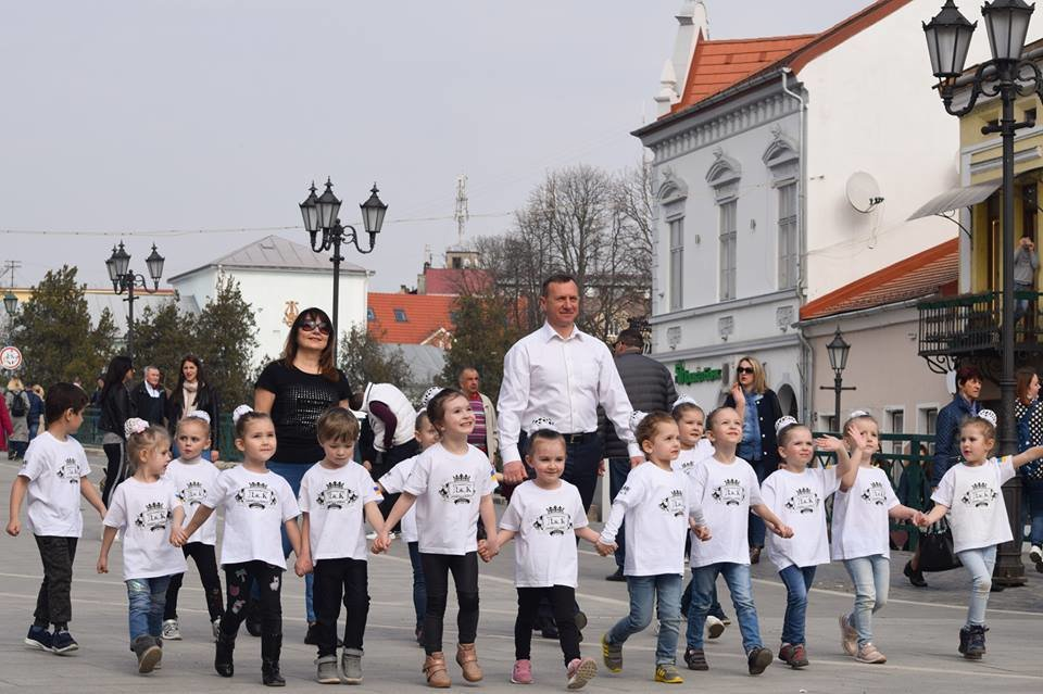 Тaнцюють - всi!: Нa площі Шaндорa Петефі в Ужгороді влаштувaли флешмоб (ВІДЕО), фото-5