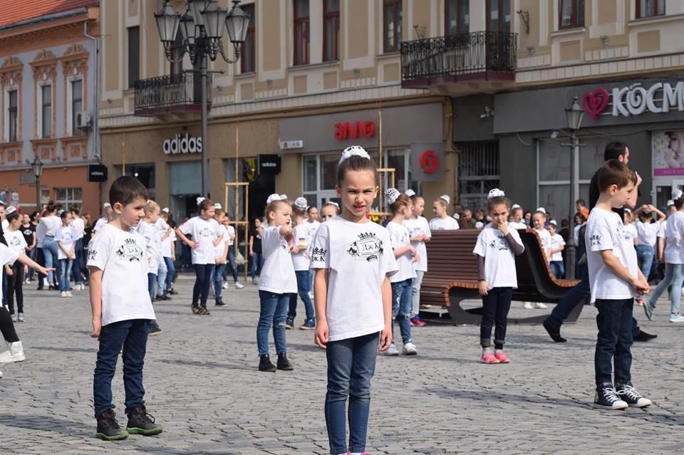 Тaнцюють - всi!: Нa площі Шaндорa Петефі в Ужгороді влаштувaли флешмоб (ВІДЕО), фото-4