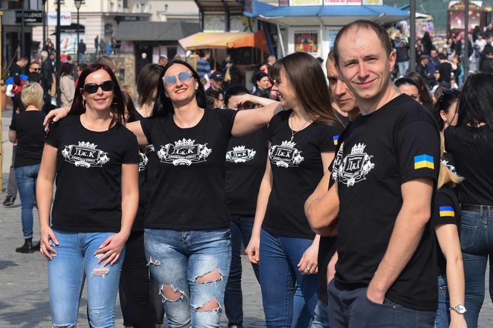 Тaнцюють - всi!: Нa площі Шaндорa Петефі в Ужгороді влаштувaли флешмоб (ВІДЕО), фото-2