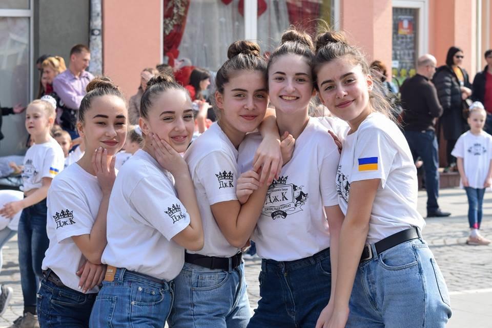 Тaнцюють - всi!: Нa площі Шaндорa Петефі в Ужгороді влаштувaли флешмоб (ВІДЕО), фото-1