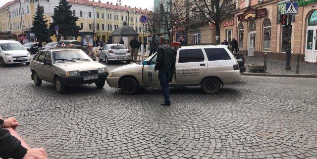 На Закарпатті через зіткнення учбового автомобіля з автівкою охоронної служби утворився затор (ФОТО), фото-2