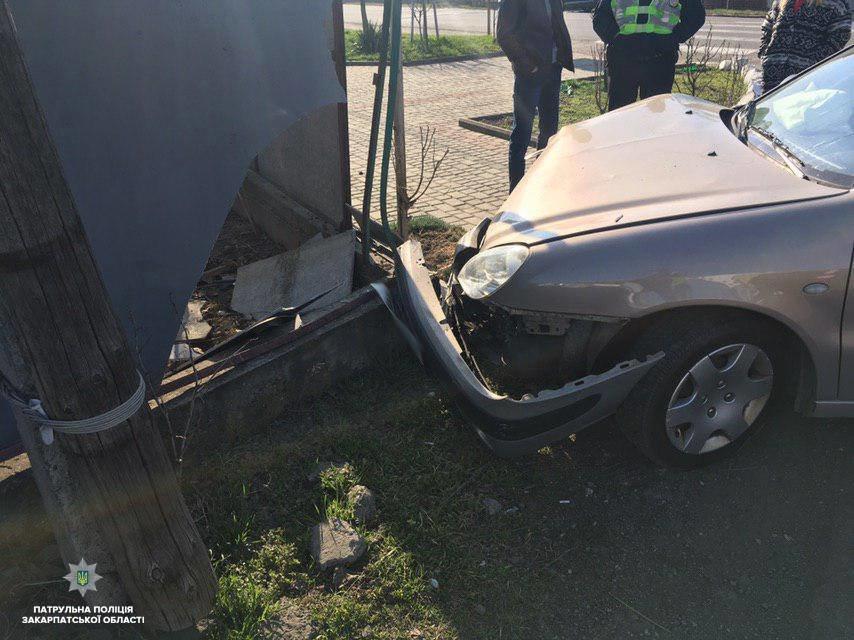 Закарпатка за кермом на швидкості в'їхала у паркан - дивом не постраждали діти (ФОТО), фото-2