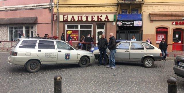 На Закарпатті через зіткнення учбового автомобіля з автівкою охоронної служби утворився затор (ФОТО), фото-1