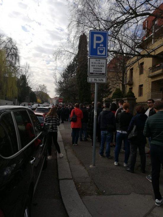 Українці вистоюють у Празі великі черги, аби проголосувати (ФОТОФАКТ), фото-3