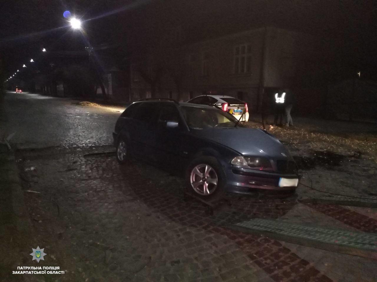 Закарпатець розбив автівку, зіткнувшись на швидкості з деревом (ФОТО), фото-2