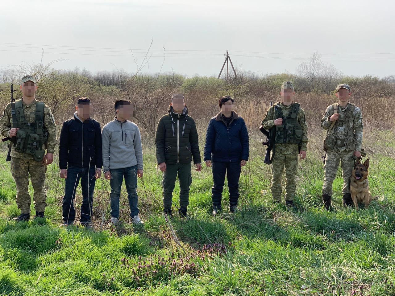 На кордоні з Угорщиною були затримані без документів троє чоловіків та одна жінка з В'єтнаму (ФОТО), фото-1