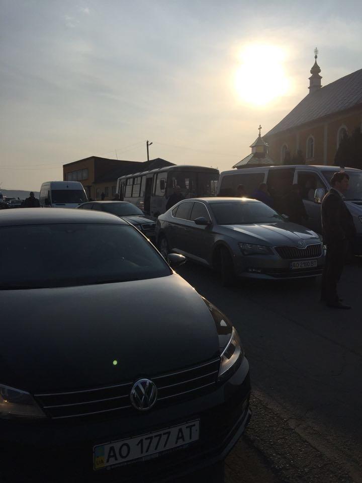 """Закарпатці блокували дорогу з вимогою скасувати рішення суду по зупинці ремонту """"Мукачево-Рогатин"""" (ФОТО), фото-2"""