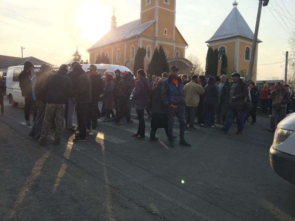 """Закарпатці блокували дорогу з вимогою скасувати рішення суду по зупинці ремонту """"Мукачево-Рогатин"""" (ФОТО), фото-1"""