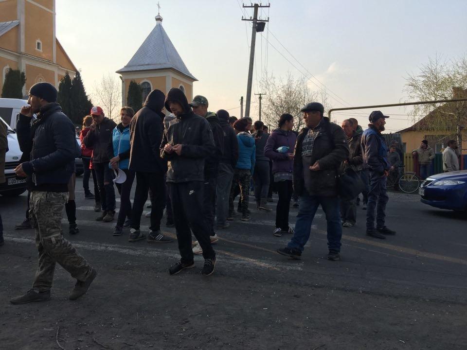 """Закарпатці блокували дорогу з вимогою скасувати рішення суду по зупинці ремонту """"Мукачево-Рогатин"""" (ФОТО), фото-3"""
