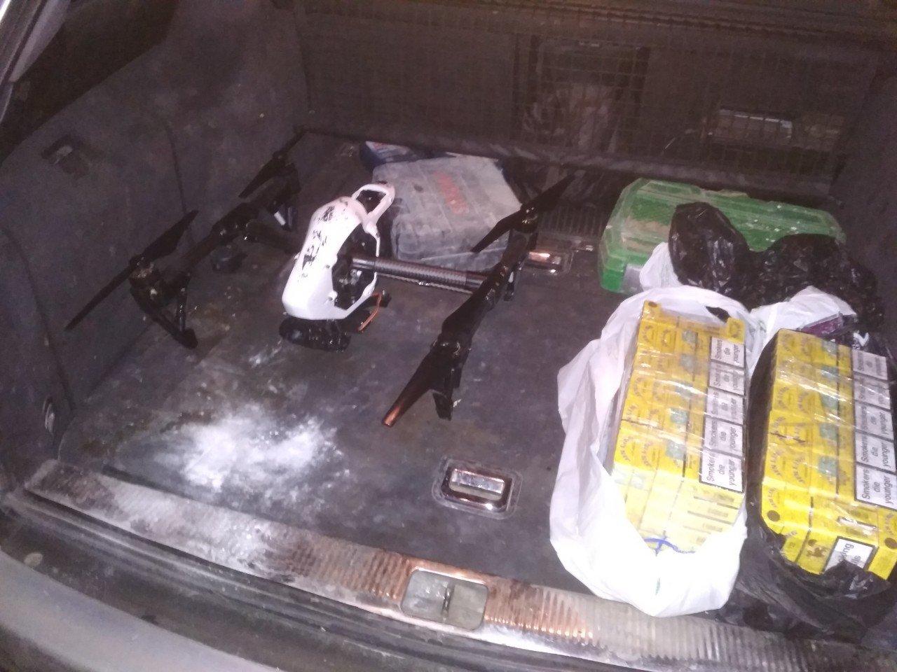 Біля Ужгороду затримали чоловіків з квадрокоптером. В авто також знайшли 14 блоків цигарок (ВІДЕО), фото-3