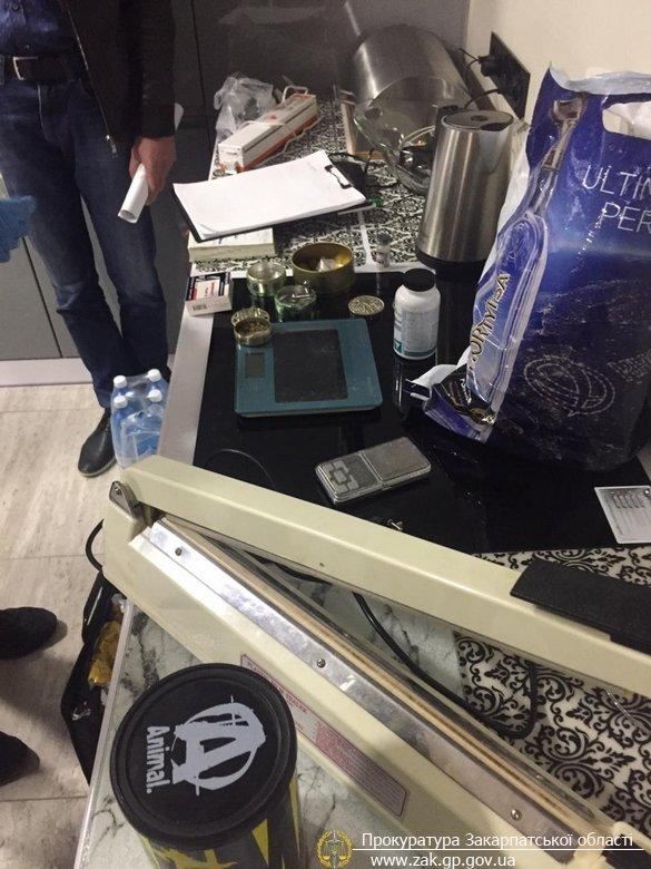 У прокуратурі офіційно розповіли про затримання групи зловмисників, які вимагали від ужгородки 30 тис доларів (ФОТО), фото-2