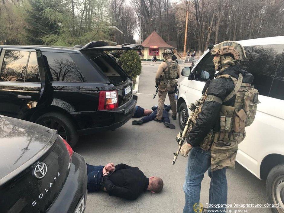 У прокуратурі офіційно розповіли про затримання групи зловмисників, які вимагали від ужгородки 30 тис доларів (ФОТО), фото-6