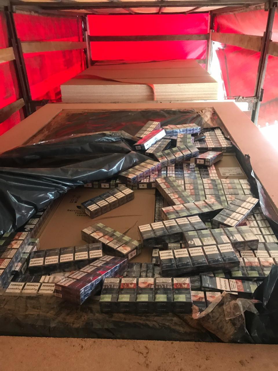 Російська контрабанда: на кордоні Закарпаття у плитах ДСП знайшли цигарки на майже 6 млн гривень (ФОТО, ВІДЕО), фото-6