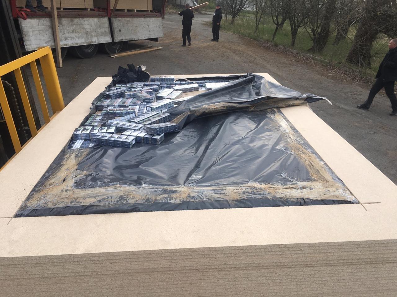 Російська контрабанда: на кордоні Закарпаття у плитах ДСП знайшли цигарки на майже 6 млн гривень (ФОТО, ВІДЕО), фото-7