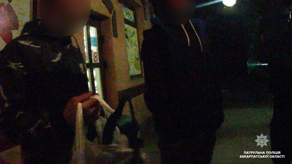 В Ужгороді патрульні серед хуліганів, які поводились неадекватно, виявили особу, що перебувала у розшуку , фото-1