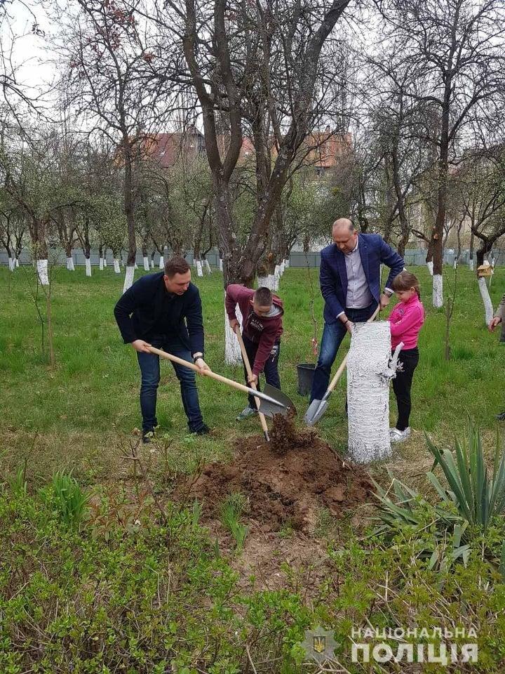 Ужгородські правоохоронці спільно з вихованцями підшефного інтернату облагородили територію закладу , фото-1