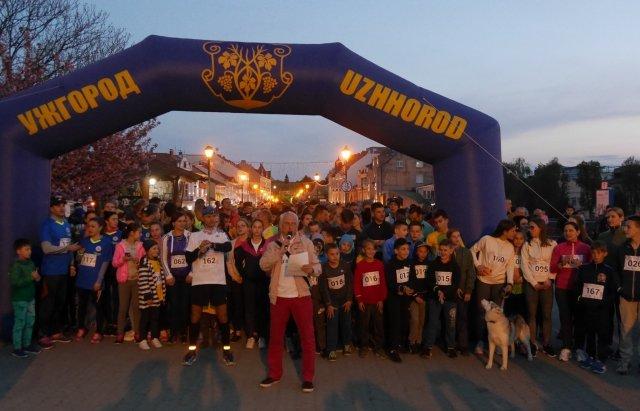 Від 1 року до 59-ти: нічний забіг в Ужгороді об'єднав близько 200 людей (ФОТО, ВІДЕО), фото-4