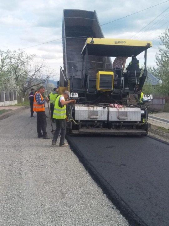 На Іршавщині на дорозі обласного значення почали вкладати суцільний асфальт (ФОТО), фото-1