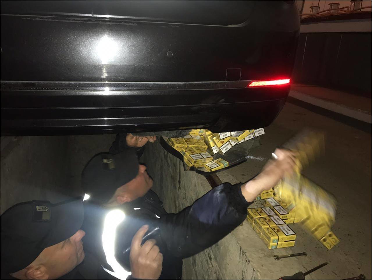 """На КПП """"Вилок"""" водій елітного """"BMW"""" намагався втекти від прикордонників - у чоловіка знайшли цигарки (ФОТО), фото-3"""