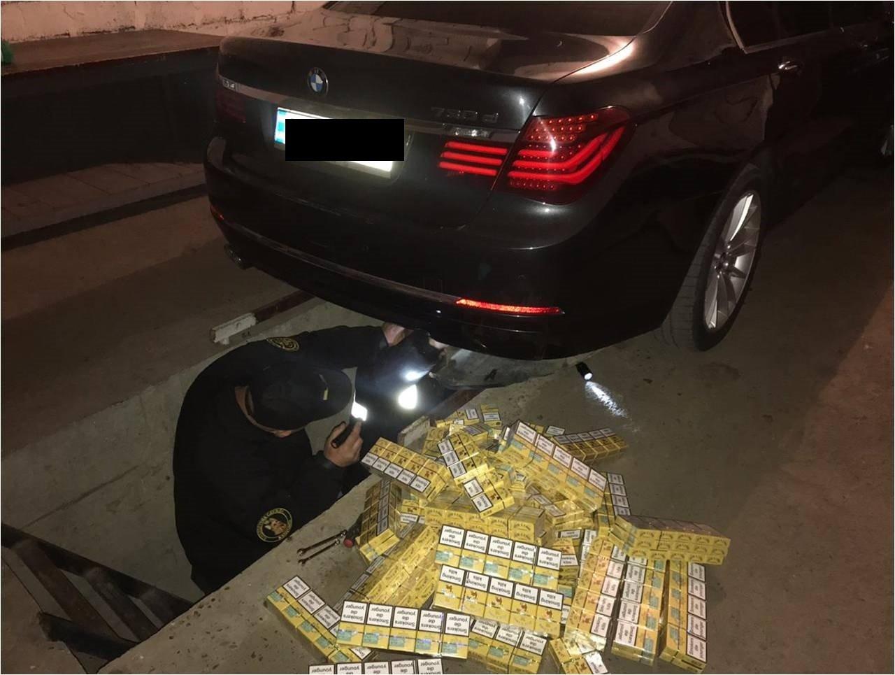 """На КПП """"Вилок"""" водій елітного """"BMW"""" намагався втекти від прикордонників - у чоловіка знайшли цигарки (ФОТО), фото-2"""
