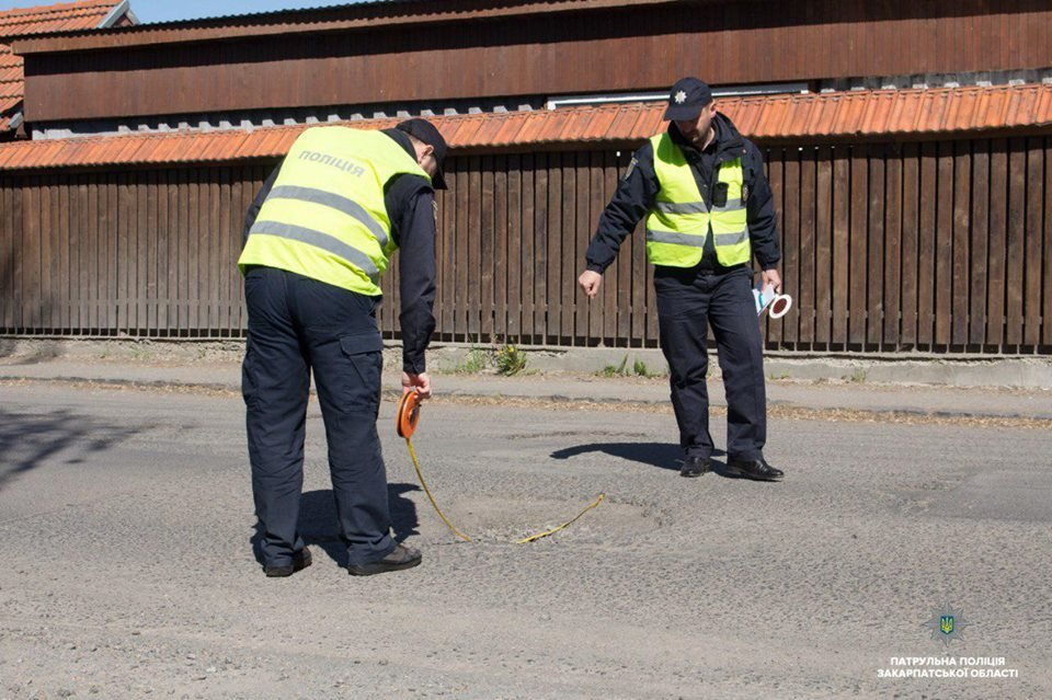 15 порушень за годину: Закарпатські поліцейські інспектують стан доріг в області (ФОТО, ВІДЕО), фото-2