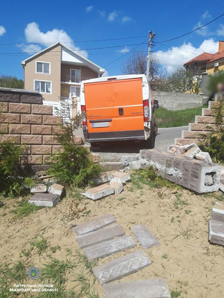 Забув поставити на гальмо: В Ужгороді фургон зніс цегляну огорожу (ФОТО), фото-1