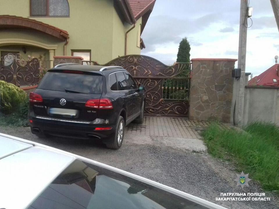 В Ужгороді п'яний водій на позашляховику пошкодив припарковане авто та втік (ФОТО), фото-2