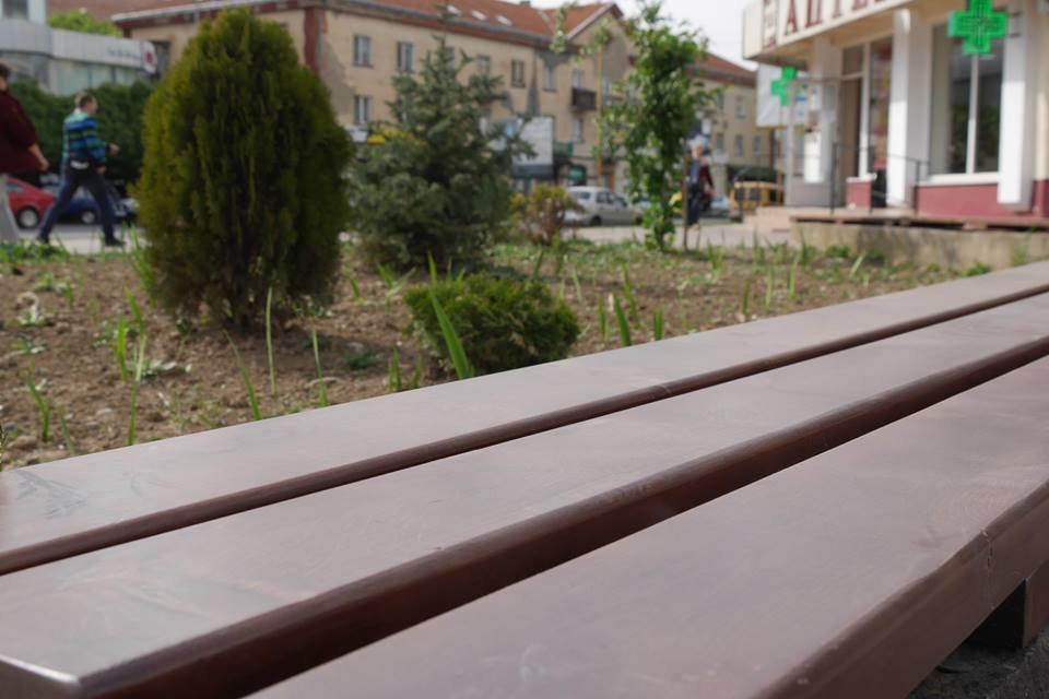 В Ужгороді ще у кількох місцях оновили лавиці (ФОТО), фото-7