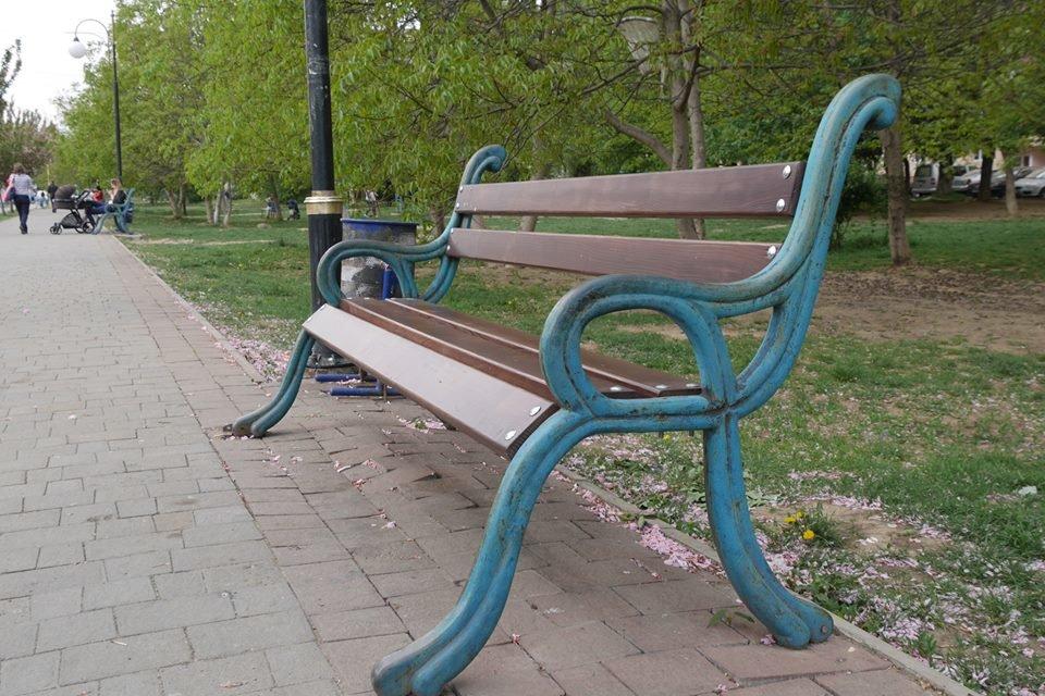 В Ужгороді ще у кількох місцях оновили лавиці (ФОТО), фото-4