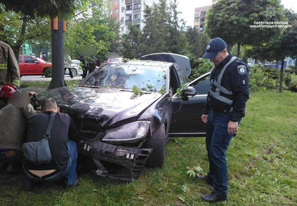 """Водій """"Mercedes"""" в Ужгороді зніс дерева та влетів у бетонну опору: подробиці від патрульних (ФОТО), фото-3"""