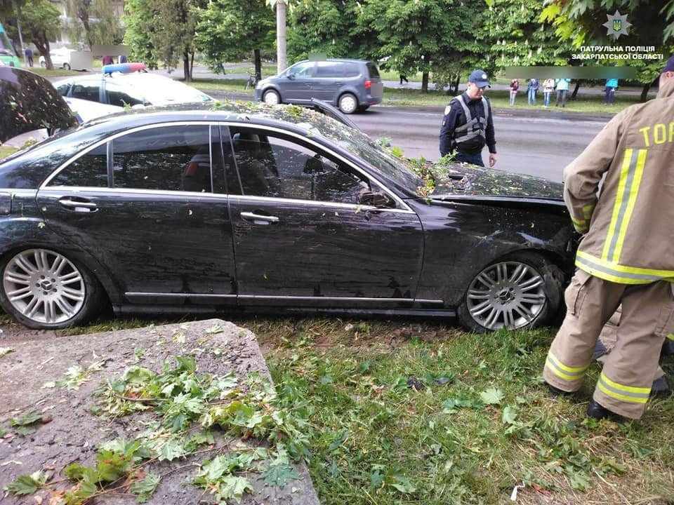 """Водій """"Mercedes"""" в Ужгороді зніс дерева та влетів у бетонну опору: подробиці від патрульних (ФОТО), фото-1"""