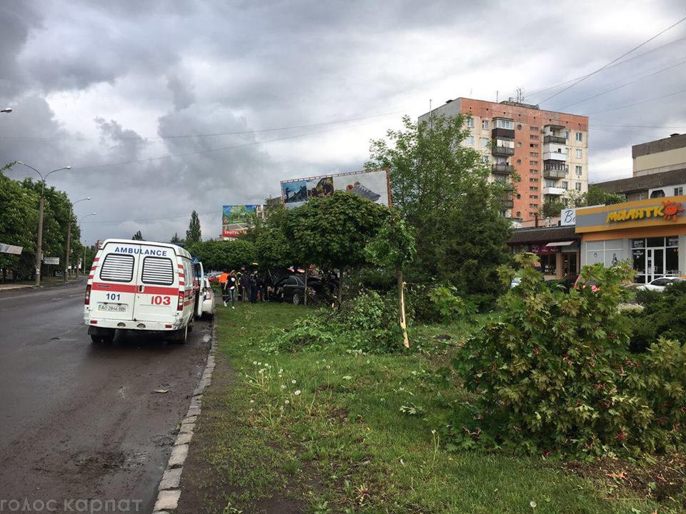 """Водій """"Mercedes"""" в Ужгороді зніс дерева та влетів у бетонну опору: подробиці від патрульних (ФОТО), фото-5"""