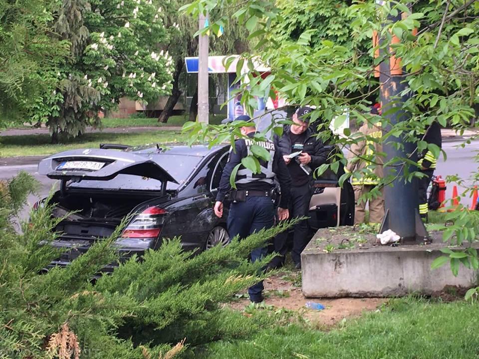 """Водій """"Mercedes"""" в Ужгороді зніс дерева та влетів у бетонну опору: подробиці від патрульних (ФОТО), фото-8"""