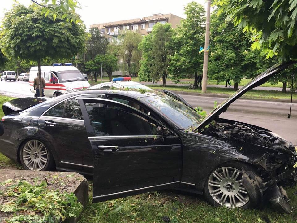 """Водій """"Mercedes"""" в Ужгороді зніс дерева та влетів у бетонну опору: подробиці від патрульних (ФОТО), фото-9"""