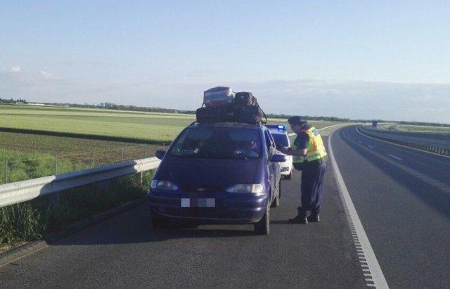 Курйоз дня: Поліція Угорщини зупинила авто, напаковане 12 українцями та 20 сумками (ФОТО, ВІДЕО), фото-1