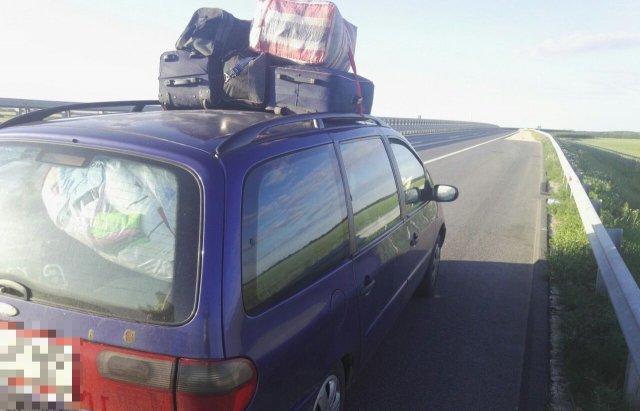 Курйоз дня: Поліція Угорщини зупинила авто, напаковане 12 українцями та 20 сумками (ФОТО, ВІДЕО), фото-2