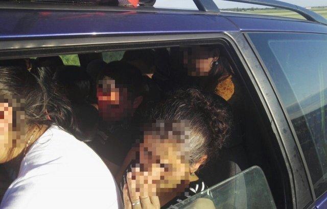 Курйоз дня: Поліція Угорщини зупинила авто, напаковане 12 українцями та 20 сумками (ФОТО, ВІДЕО), фото-3