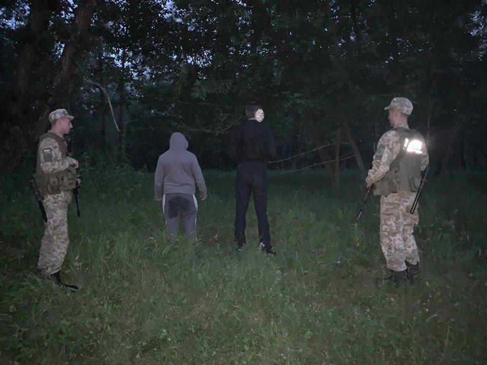 Прикордонники затримали двох закарпатців, що несли до кордону на плечах контрабандні цигарки (ФОТО), фото-1