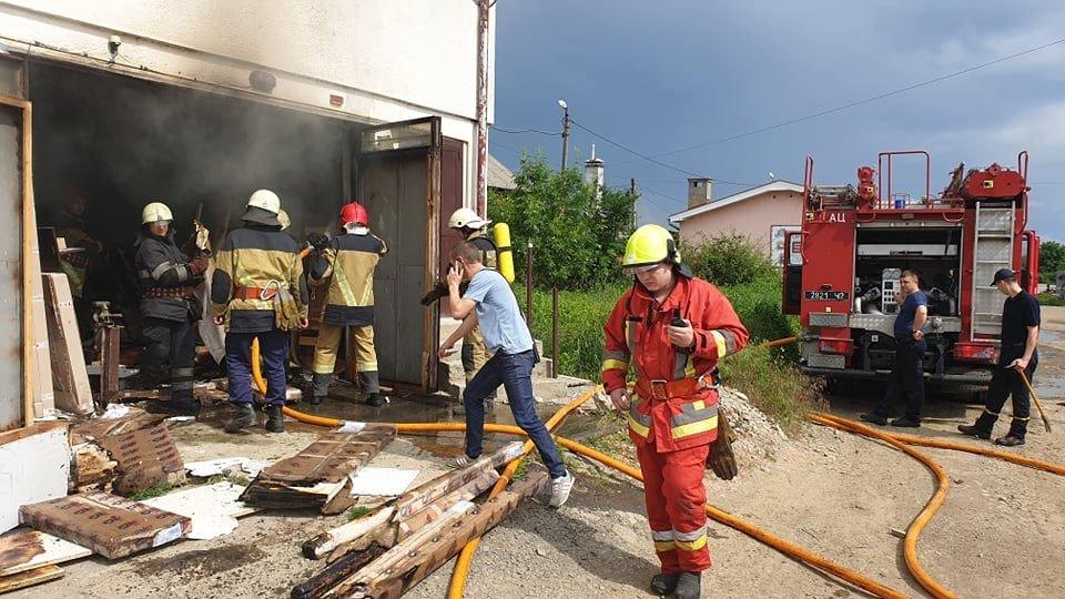 В Ужгороді рятувальники загасили пожежу у складському приміщенні магазину (ФОТО, ВІДЕО), фото-1