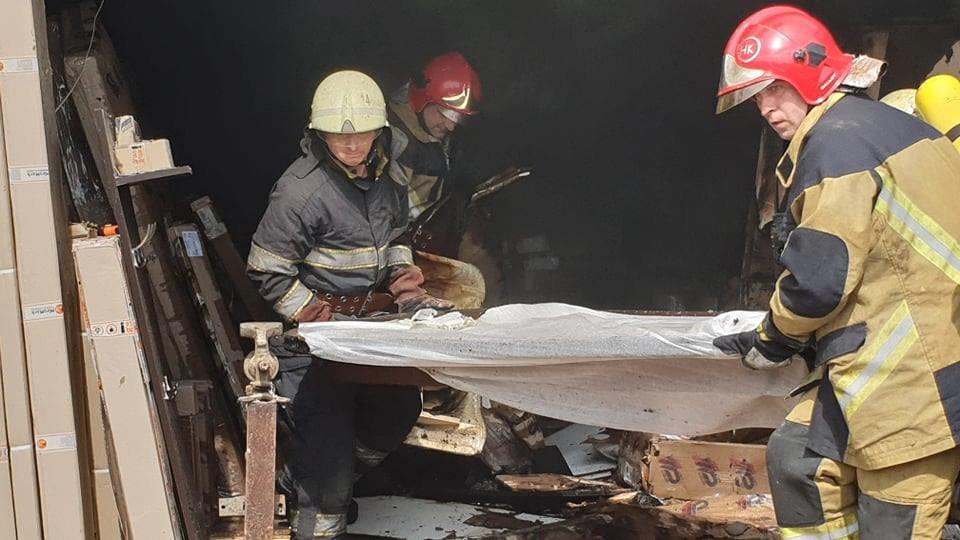 В Ужгороді рятувальники загасили пожежу у складському приміщенні магазину (ФОТО, ВІДЕО), фото-3