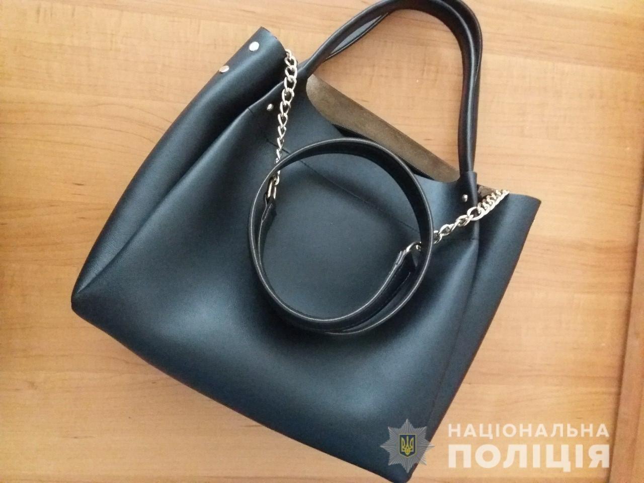 Закарпатські правоохоронці оперативно затримали чоловіка, який вкрав в магазині сумочку (ФОТО), фото-1