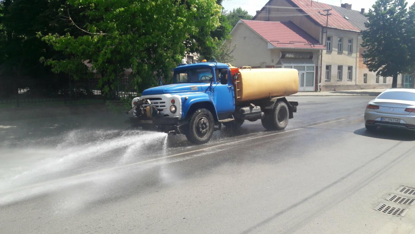 На ужгородські вулиці виїхали поливальні машини (ФОТОФАКТ), фото-1