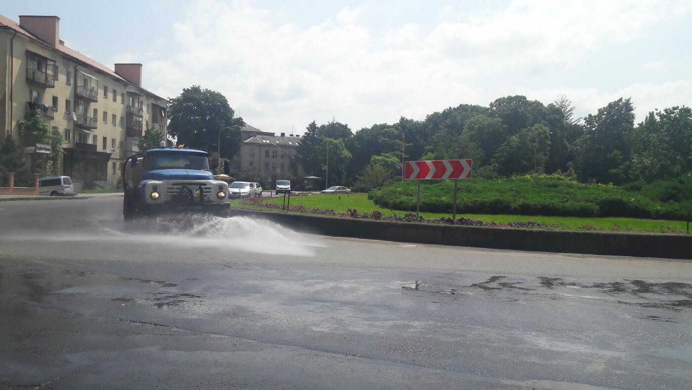На ужгородські вулиці виїхали поливальні машини (ФОТОФАКТ), фото-2