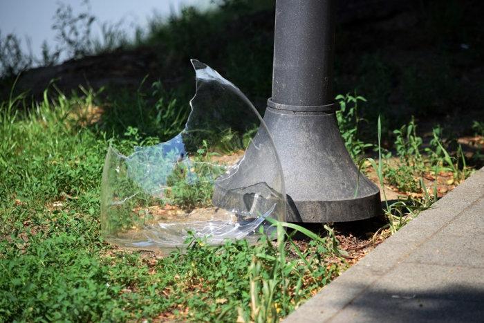В Ужгороді невідомі  розбили плафон нового світильника на набережній Незалежності (ФОТО), фото-1
