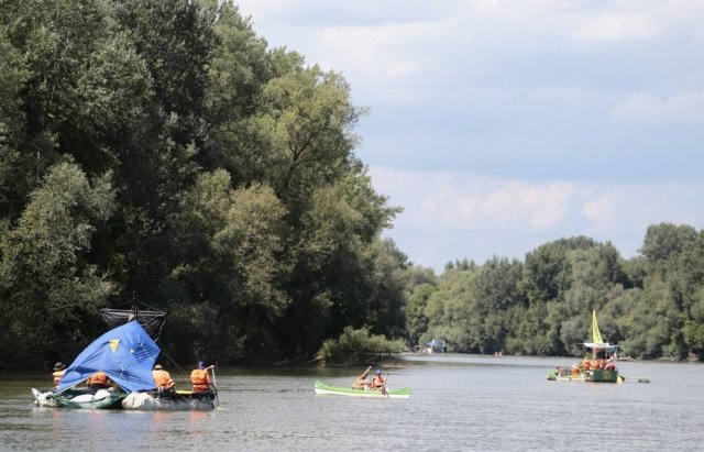 Угорські активісти організовують на Тисі акцію зі збору сміття, що пливе із Закарпаття (ФОТО) , фото-1