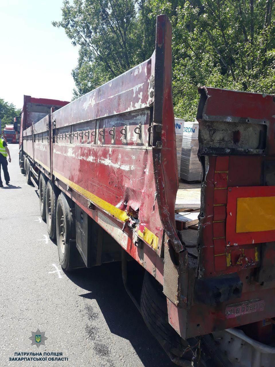 """На Закарпатті на трасі """"Київ-Чоп"""" від зіткнення двох вантажівок Volvо відкинуло на відбійник (ФОТО), фото-2"""