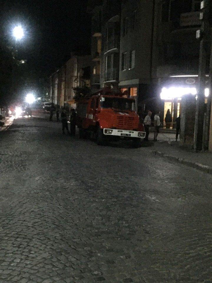 """У Мукачеві третя хвиля """"замінувань"""" - евакуйовували людей з нічних супермаркетів (ФОТО), фото-1"""