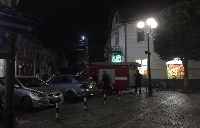 """У Мукачеві третя хвиля """"замінувань"""" - евакуйовували людей з нічних супермаркетів (ФОТО), фото-2"""