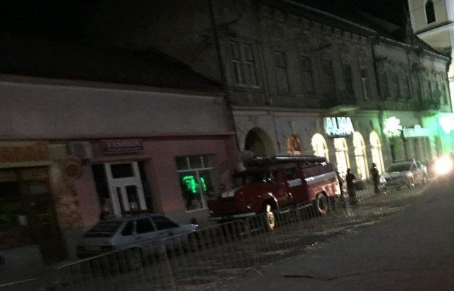 """У Мукачеві третя хвиля """"замінувань"""" - евакуйовували людей з нічних супермаркетів (ФОТО), фото-4"""
